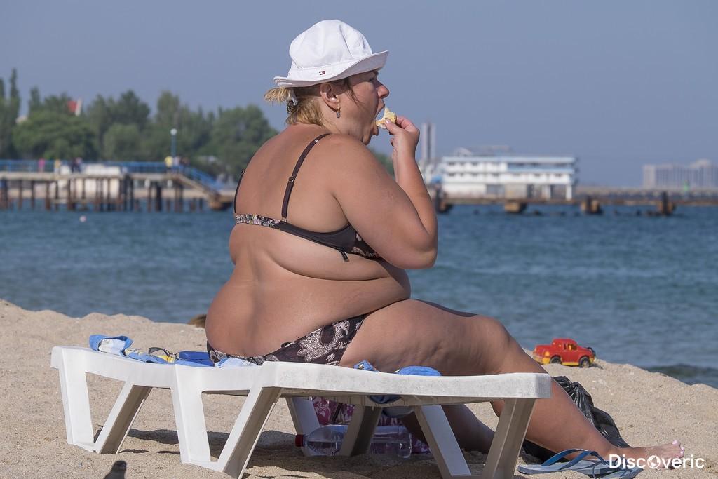 На толстая пляже женщина